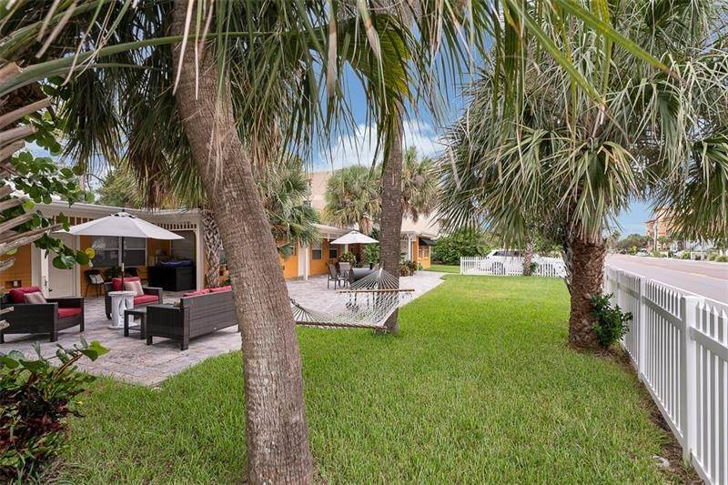 Multi-Family Homes por un Venta en 1011 GULF BOULEVARD Indian Rocks Beach, Florida 33785 Estados Unidos