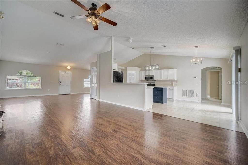 15. Single Family Homes for Sale at 1011 ROYAL MARQUIS CIRCLE Ocoee, Florida 34761 United States