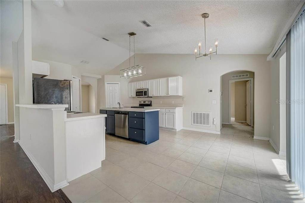 17. Single Family Homes for Sale at 1011 ROYAL MARQUIS CIRCLE Ocoee, Florida 34761 United States