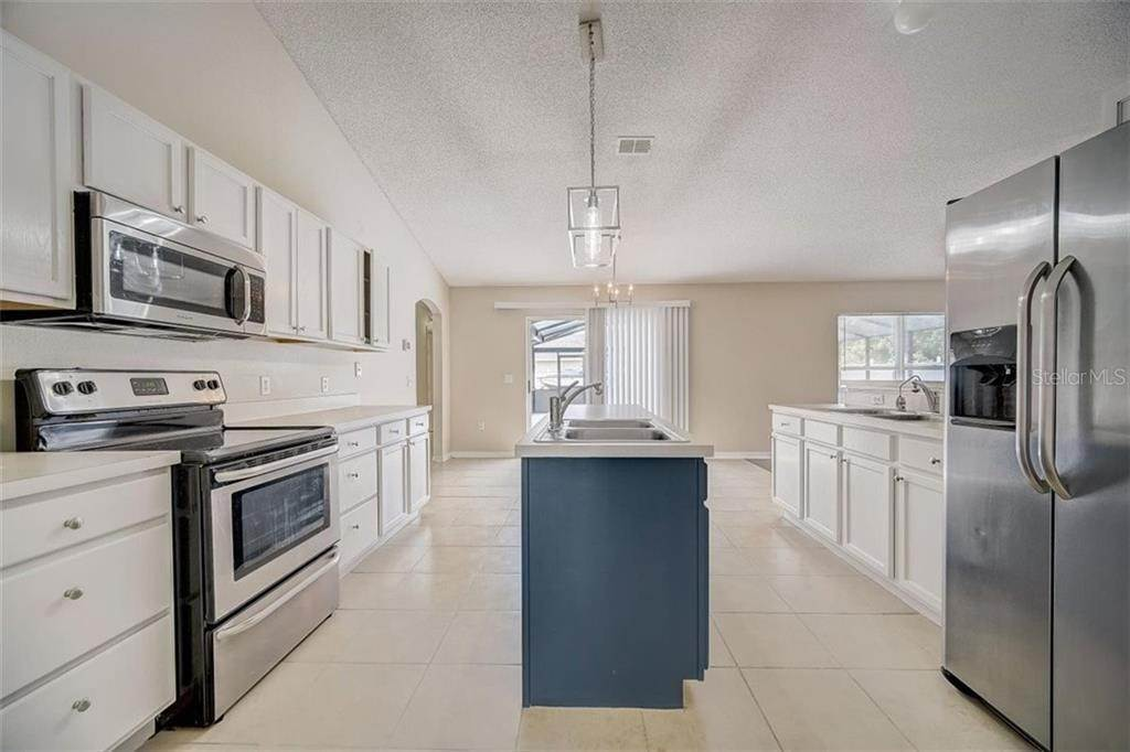 18. Single Family Homes for Sale at 1011 ROYAL MARQUIS CIRCLE Ocoee, Florida 34761 United States