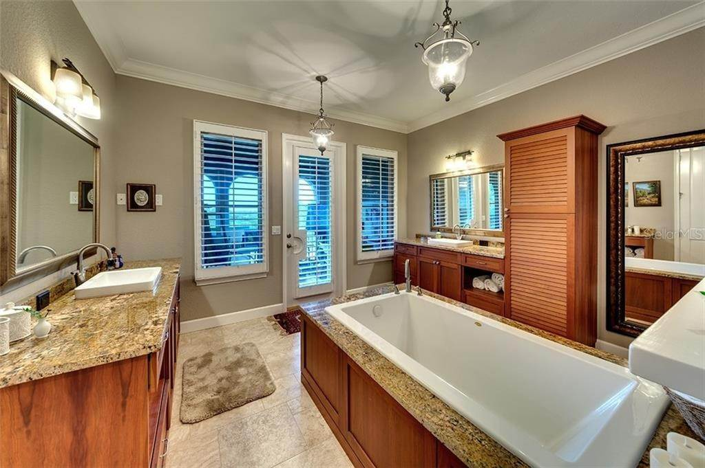 19. Condominiums for Sale at 1045 FISH HOOK COVE Bradenton, Florida 34212 United States