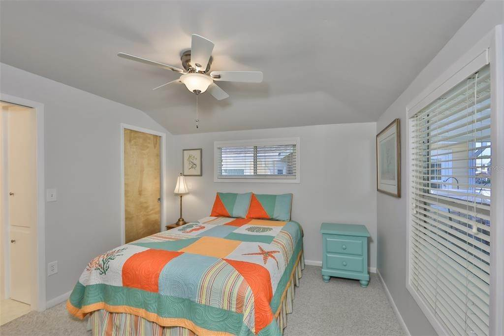 18. Single Family Homes for Sale at 33 SEMINOLE DRIVE Bradenton, Florida 34208 United States