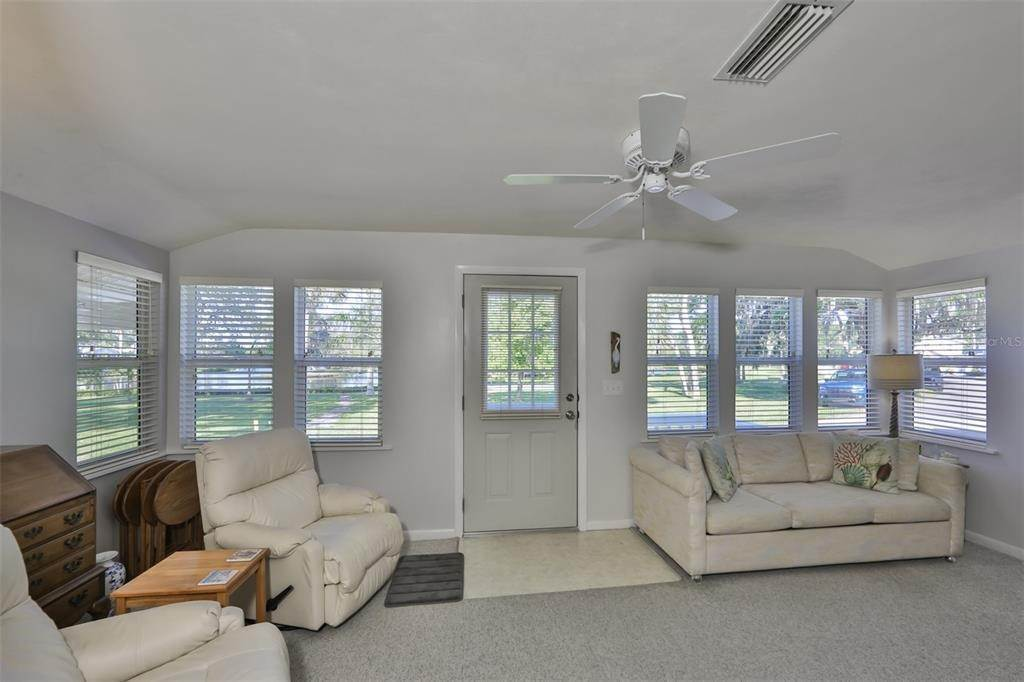 3. Single Family Homes for Sale at 33 SEMINOLE DRIVE Bradenton, Florida 34208 United States