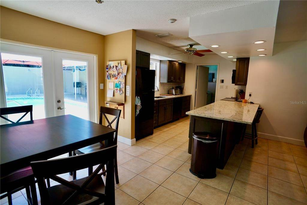 9. Single Family Homes for Sale at 3921 COLERIDGE Place Sarasota, Florida 34241 United States